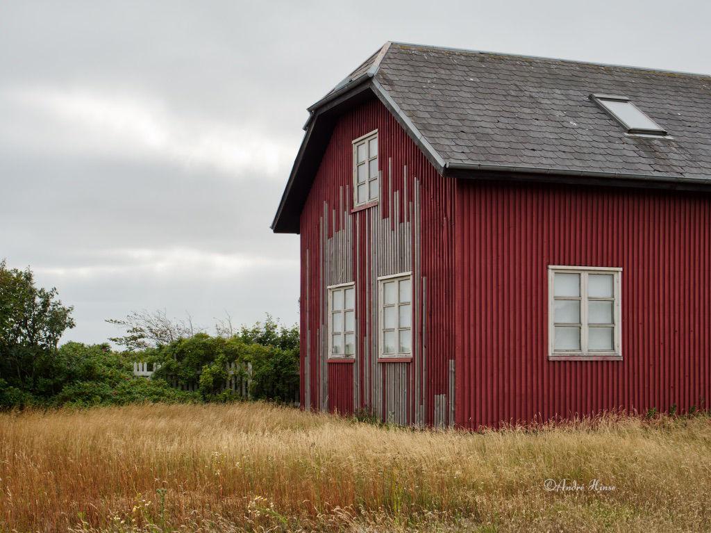Rotes Holzhaus an der Küste in Hjerting