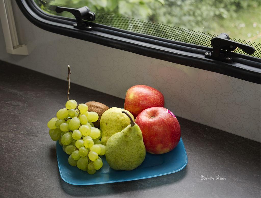 Stilleben mit Früchten und Plastikteller