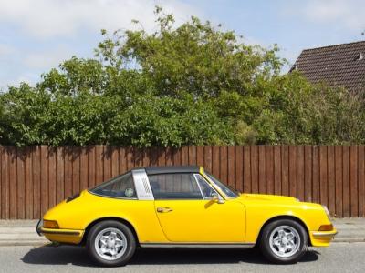 Gelber Porsche am Straßenrand