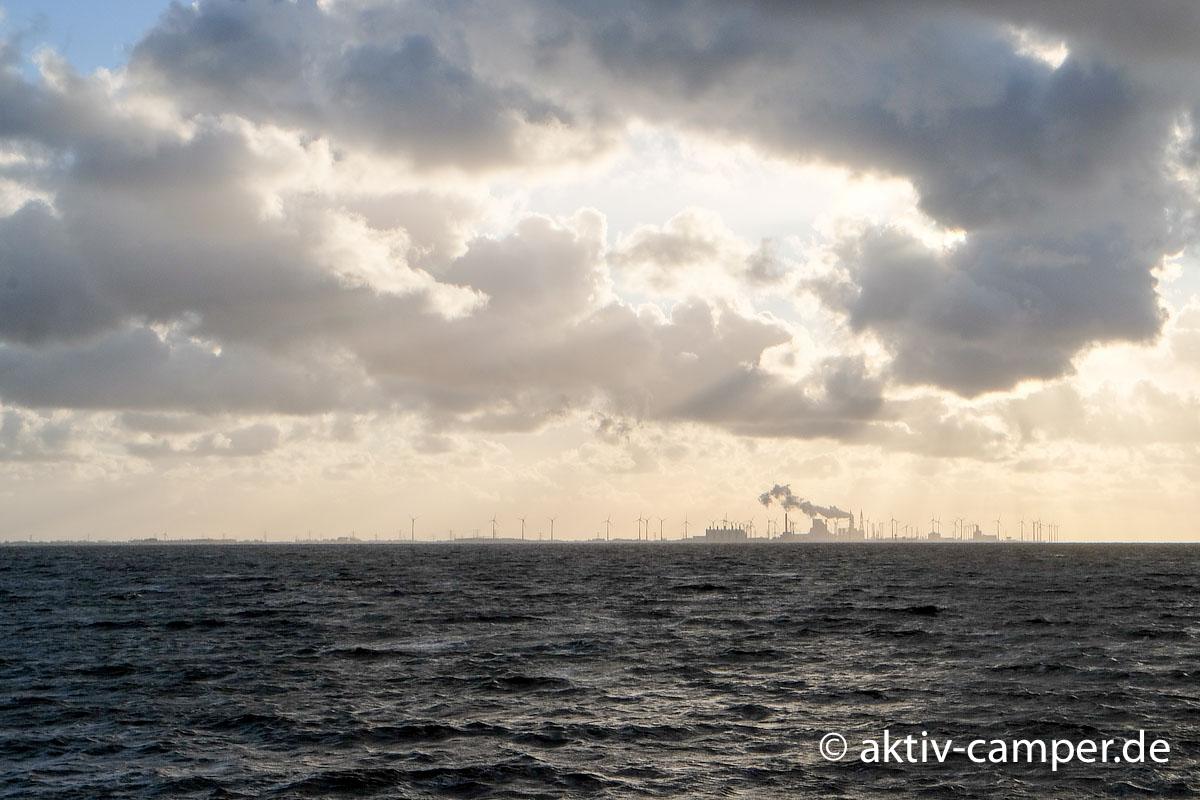 Blick vom Deich auf die Niederlande