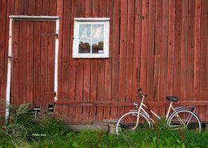 Fahrrad vor ritem Holzhaus in Grebbestad