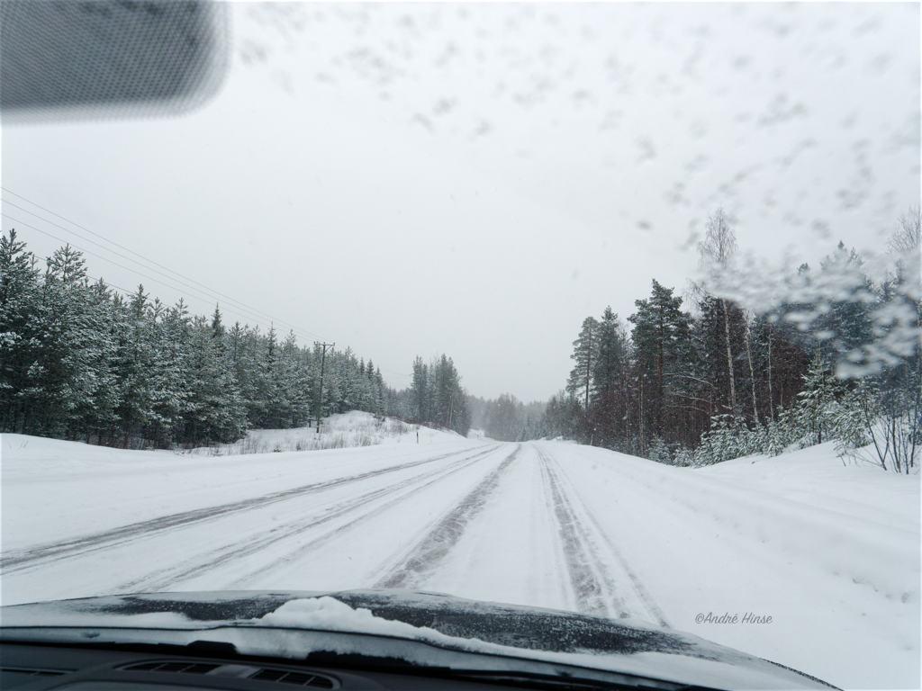 Die E45 im winterlichen Schweden mit dem Wohnwagengespann