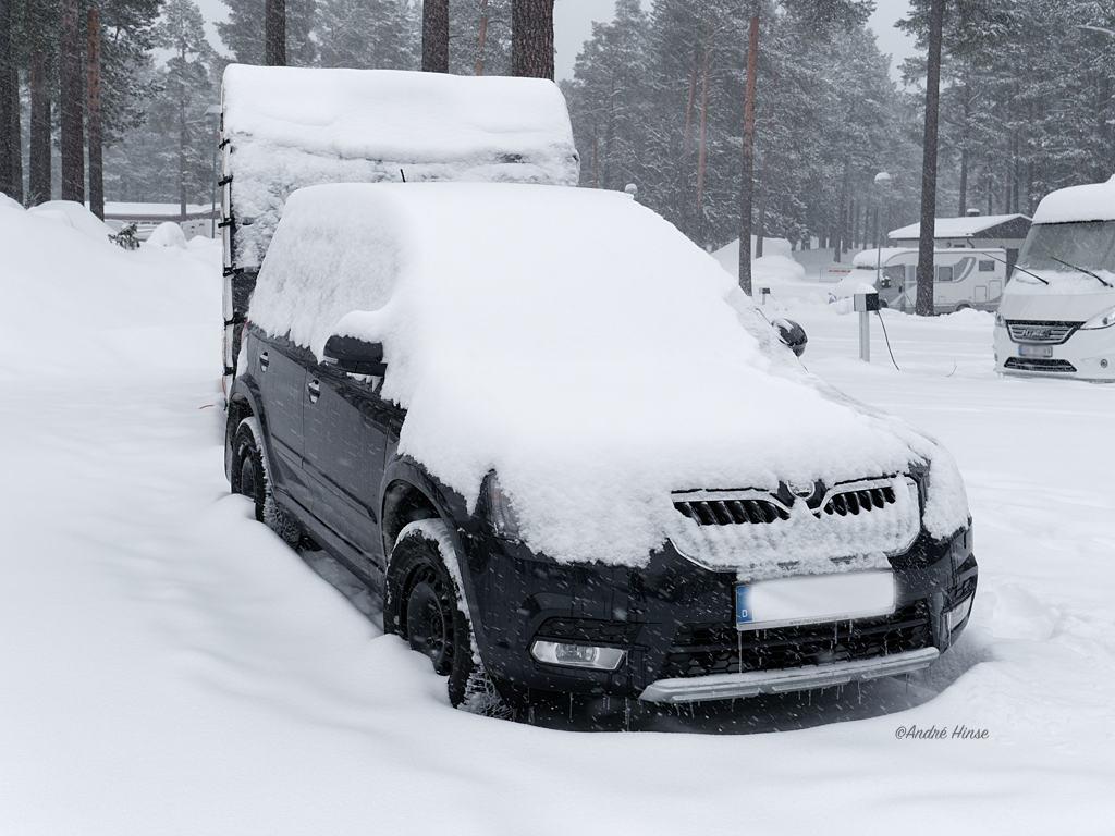 Eingeschneites Wohnwagengespann in Östersund