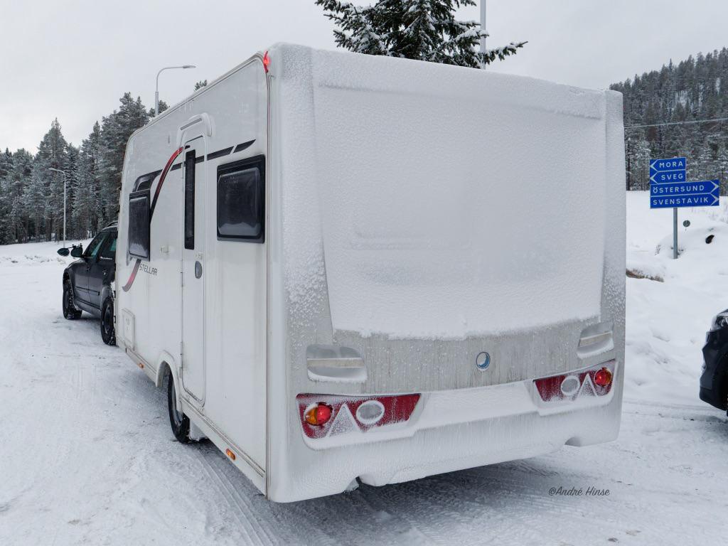 Wohnwagenheck unter Schneedecke