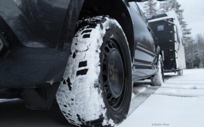 Reifen und Fahrzeug im winterlichen Schweden
