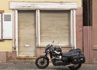 Triumph Street Twin vor alter Ladenkulisse