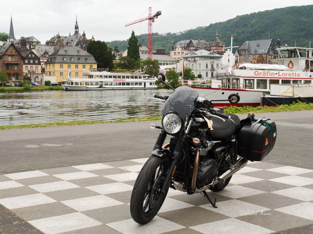 Motorrad vor Schiff