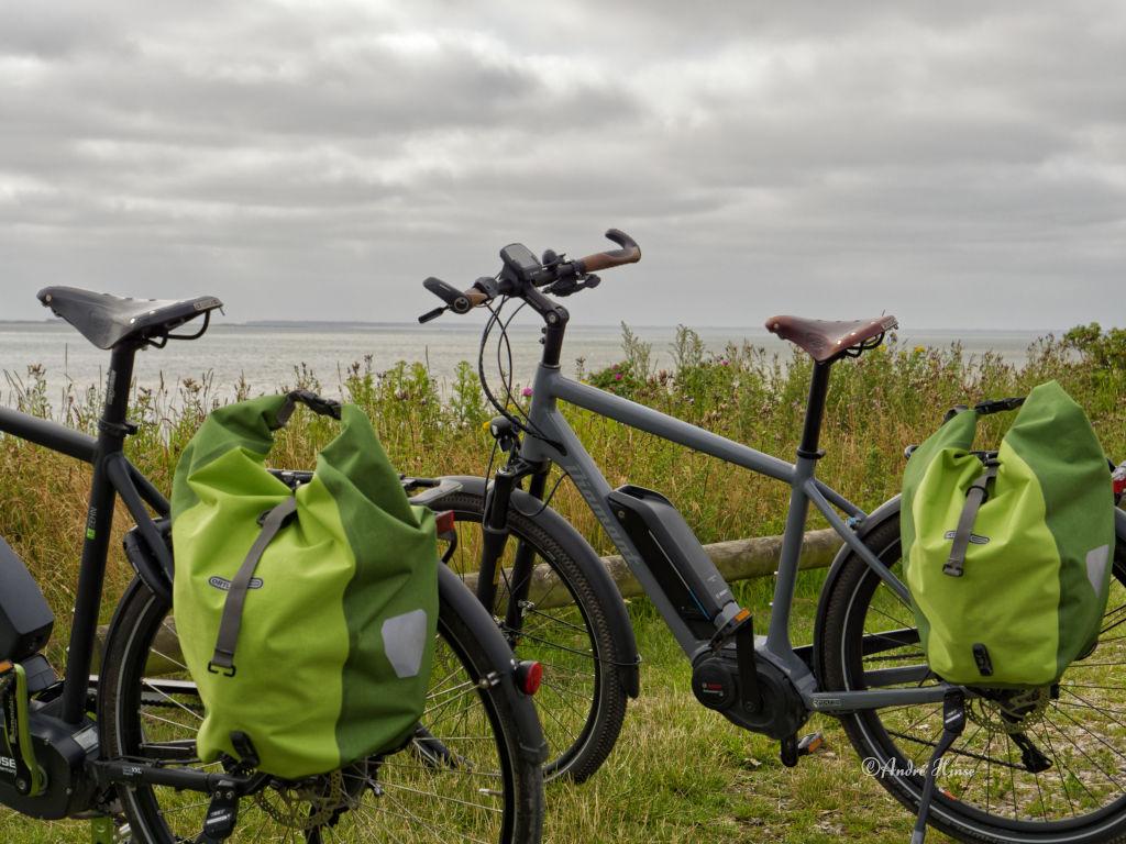 Fahrräder vor Küste
