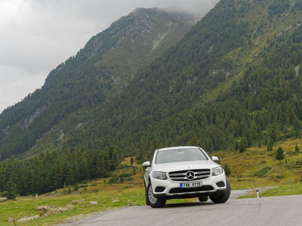 Nikoan Powerproof auf einem Mercedes vor alpiner Kulisse