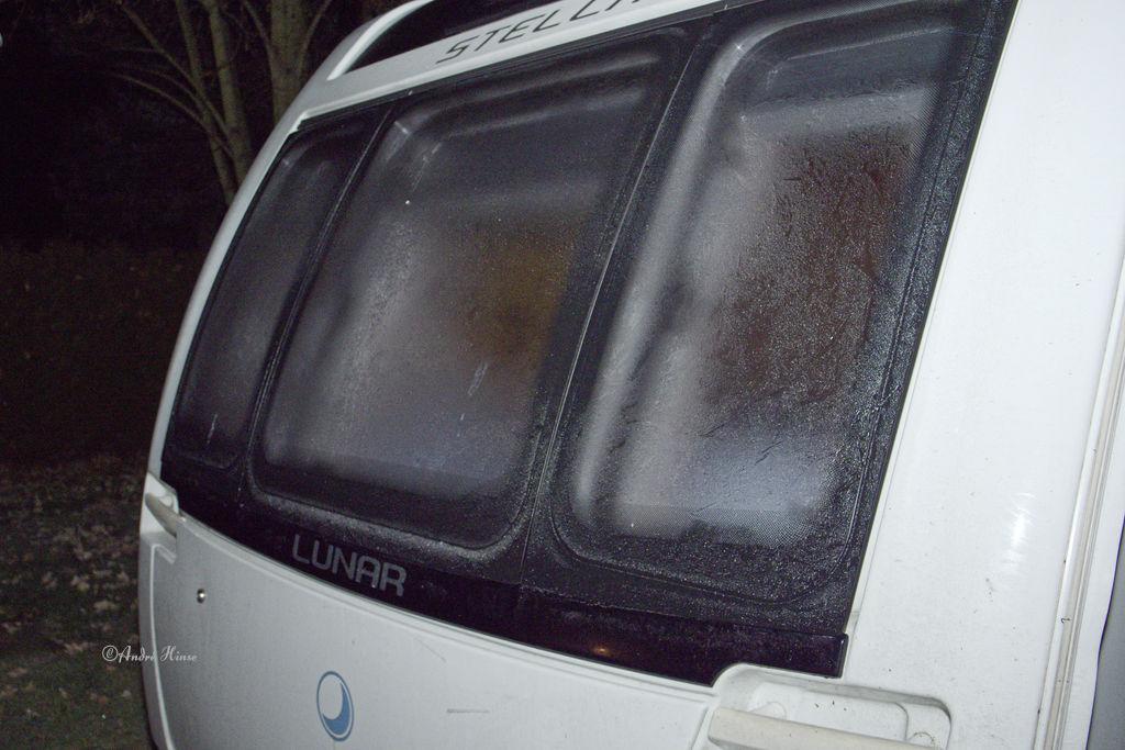 Eis auf der Front des Wohnwagens