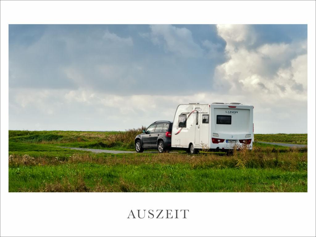 Gespann aus Yeti und Wohnwagen an der Nordsee bei Dorum