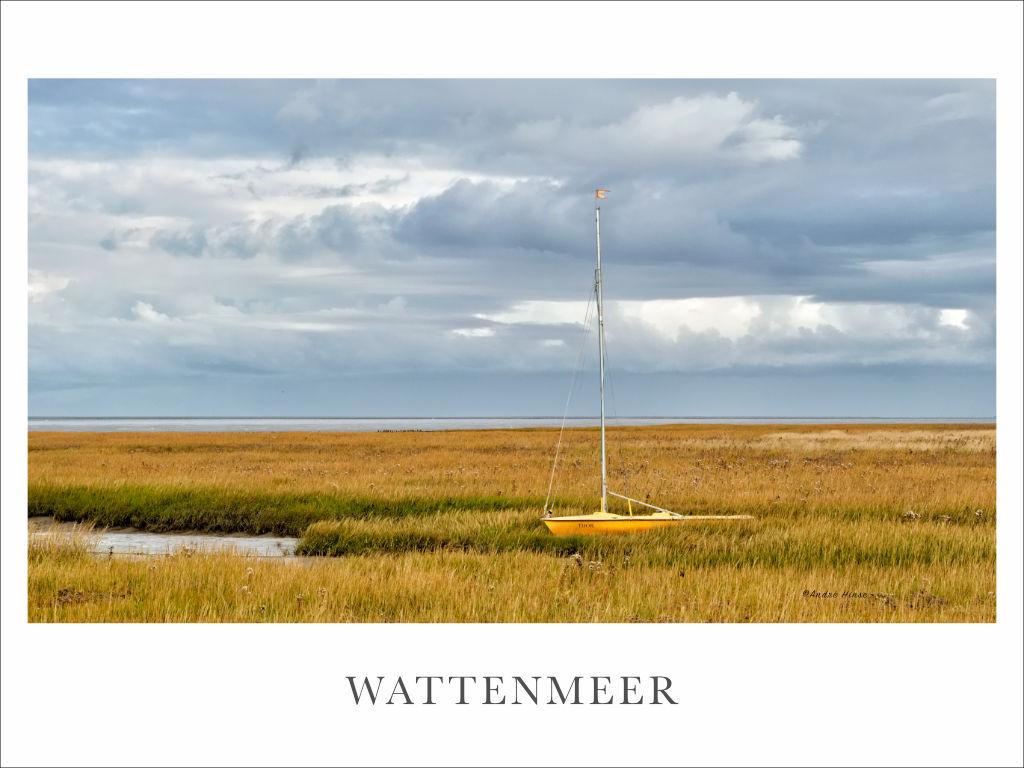 Segelboot in den Wiesen des Wattenmeeres