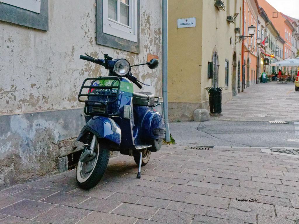 Alte Vespa in der Altstadt von Ptuj